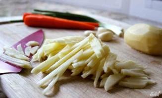 Жареная картошка с луком и морковкой - фото шаг 3