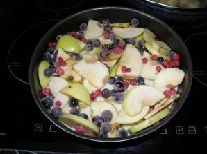 Шарлотка с яблоками и смородиной - фото шаг 8