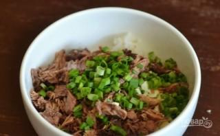 Салат с рыбными консервами и рисом - фото шаг 4