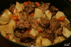 Картошка с мясом в чугунке в духовке - фото шаг 9