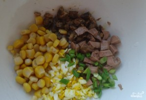 Салат из печени трески с кукурузой - фото шаг 3
