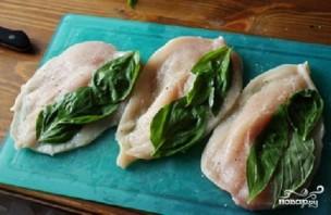 Куриные грудки с томатом и базиликом - фото шаг 2