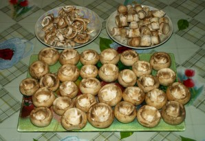 Грибы, запеченные под сыром - фото шаг 1