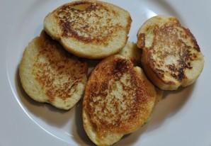 Гренки с яйцом на сковороде - фото шаг 4