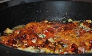 Яичница с колбасой, помидорами и сыром - фото шаг 5