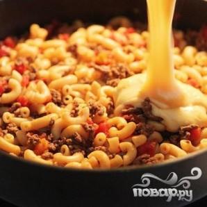 Макароны с фаршем, помидорами и сырным соусом - фото шаг 8