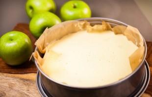 Шарлотка с яблоками и лимоном - фото шаг 8