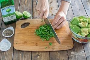 Салат из авокадо и помидоров - фото шаг 3