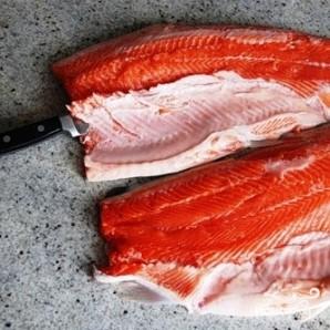 Соленая красная рыба - фото шаг 5