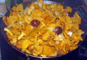 Лисички в сметанном соусе - фото шаг 2