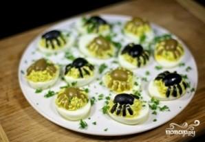 Фаршированные яйца-пауки на Хэллоуин - фото шаг 5