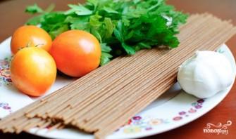 Спагетти с помидорами и чесноком - фото шаг 1