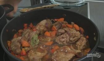 Нежное мясо с овощами, тушенное в пиве - фото шаг 6
