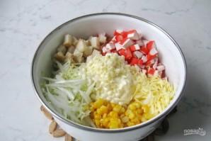 Салат с крабовыми палочками и сухариками - фото шаг 5