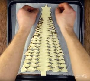 Новогодняя ель из слоеного теста - фото шаг 8