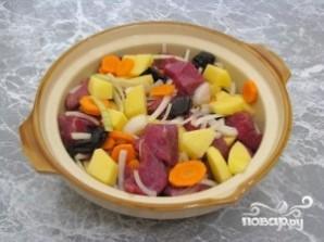 Говядина, тушенная с черносливом и картофелем - фото шаг 3