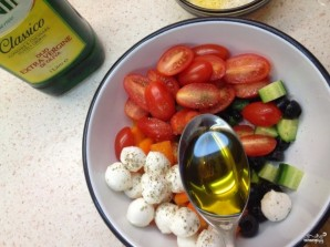 Салат с моцареллой и маслинами - фото шаг 7