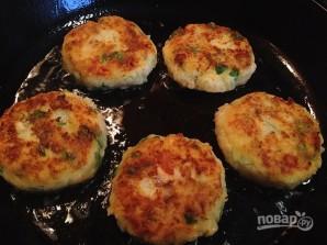 Биточки из картофеля, лосося и зеленого горошка - фото шаг 10