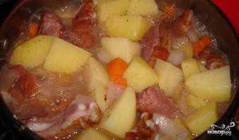 Картофель с копчеными ребрышками - фото шаг 7