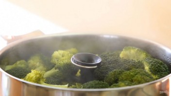 Запеканка из брокколи с салями - фото шаг 1