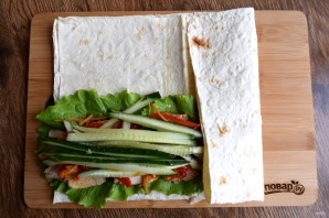 Ролл из лаваша с курицей и овощами - фото шаг 6