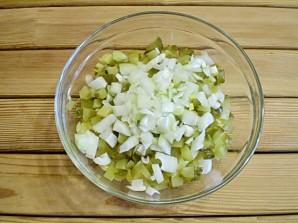 Салат с маринованными огурцами - фото шаг 5