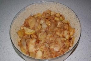 Шарлотка с яблоками и карамелью - фото шаг 4