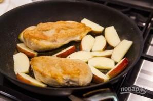 Куриная грудка с яблоками в медово-горчичном соусе - фото шаг 1