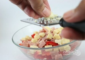 Сырный салат с ветчиной и овощами - фото шаг 5