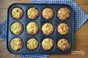 Кабачковые кексы с луком и беконом - фото шаг 3