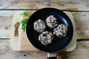 Котлеты из баклажанов с грибами - фото шаг 6