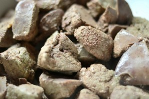 Рулет из отварной печени с пикантной начинкой - фото шаг 2