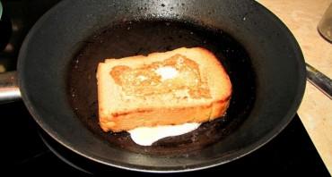 Бутерброд с яйцом на сковороде - фото шаг 4