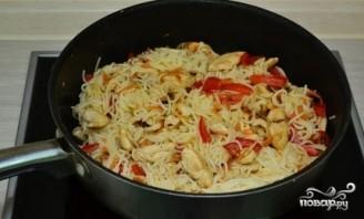 Курица с рисовой лапшой и соевым соусом - фото шаг 7