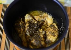 Курица с луком в мультиварке - фото шаг 4