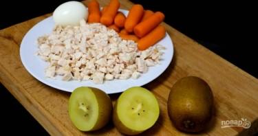 Слоеный салат с курицей и киви - фото шаг 1