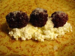 Блинчики с творогом и ягодами - фото шаг 4