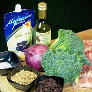 Салат из брокколи с изюмом и семечками - фото шаг 1