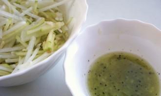Салат из редьки с яблоком - фото шаг 3