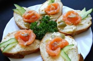Маленькие бутерброды с семгой - фото шаг 5