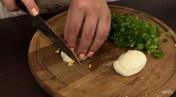 Закусочные оладушки с зеленым луком и яйцом - фото шаг 2