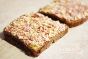 Рецепт горячих бутербродов с колбасой и сыром - фото шаг 3