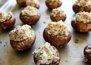Фаршированные грибы с сыром, орехами и беконом - фото шаг 4