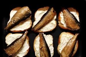 Бутерброды со шпротами в духовке - фото шаг 4