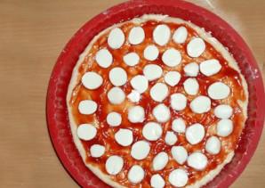 Пицца с колбасой, грибами, помидорами и сыром - фото шаг 3