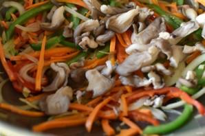 Стир-фрай из вешенок с морковью и овощами - фото шаг 8