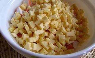 Салат с крабовыми палочками и сыром - фото шаг 2