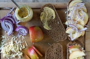 Сэндвич с сыром, яблоком и луком - фото шаг 1