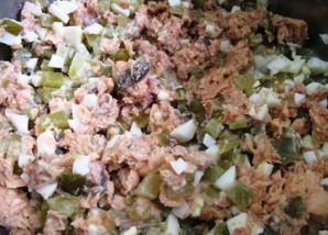 Простой салат из рыбных консервов - фото шаг 3