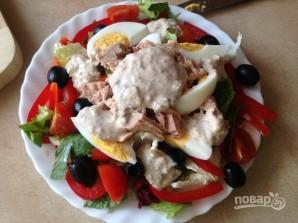 Салат с тунцом и сметанной заправкой - фото шаг 9